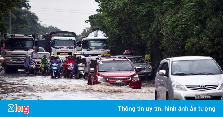 Cảnh mưa ngập diện rộng, giao thông gián đoạn nhiều nơi ở Hà Nội