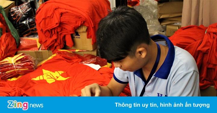 Phát miễn phí 1.000 áo phông cờ đỏ sao cho fan cổ vũ tuyển VN