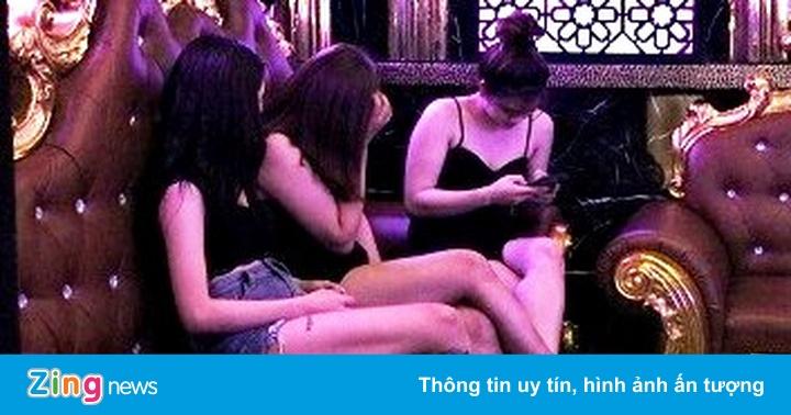 """Quán karaoke ở Hải Phòng lại điều 8 """"chân dài"""" hát với khách"""