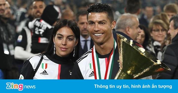 Ronaldo rạng rỡ khi nhận cúp vô địch Serie A cùng Juventus