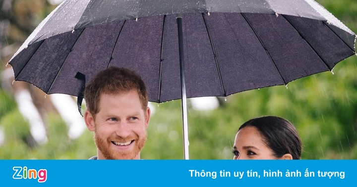 Công nương Meghan âu yếm che ô cho Hoàng tử Harry dưới mưa nặng hạt