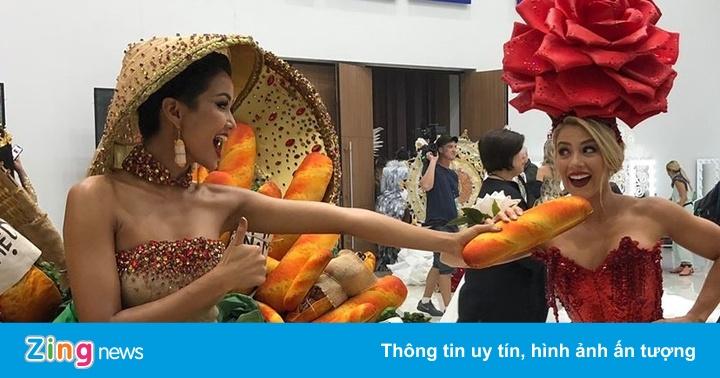 H''Hen Niê giơ cao bánh mì Việt Nam khi trình diễn trang phục dân tộc - Sao Việt