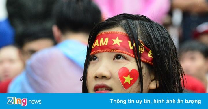 9X xinh đẹp ướt sũng dưới mưa, tiếc nuối cho Olympic Việt Nam
