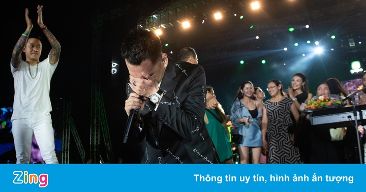 Khắc Việt gục khóc trong đêm nhạc kỷ niệm 10 năm ca hát