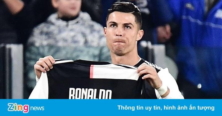 Ronaldo nhận quà sau khi chạm mốc 700 bàn