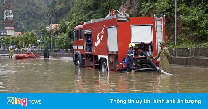 Lắp máy bơm để xóa ngập quốc lộ ở Quảng Ninh