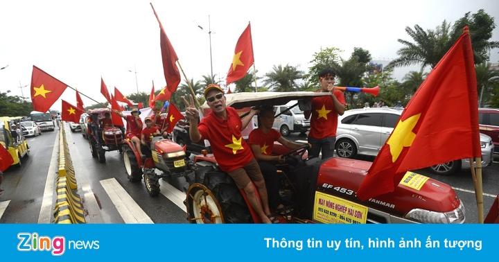 Cổ động viên rợp sắc đỏ đón tuyển Olympic Việt Nam
