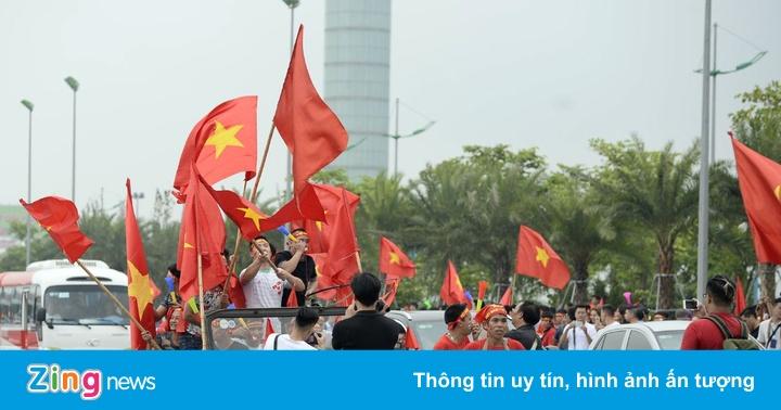 Hàng nghìn người đánh trống, vẫy cờ đón tuyển Olympic Việt Nam