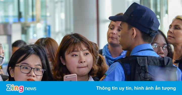 Fan gây náo loạn sân bay Nội Bài, đón gần 100 sao Hàn - aaa