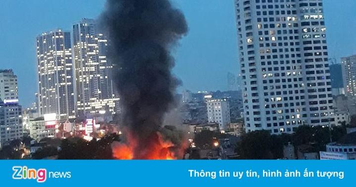 Đang cháy lớn ở Hà Nội, lửa lan nhanh làm nhiều căn nhà bị thiêu