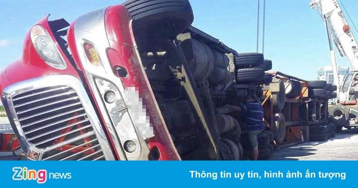 Xe đầu kéo container lật nghiêng giữa quốc lộ khi cua