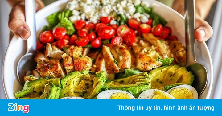 Salad bơ trộn cà chua, trứng gà cho hội chị em ăn sạch, sống khỏe