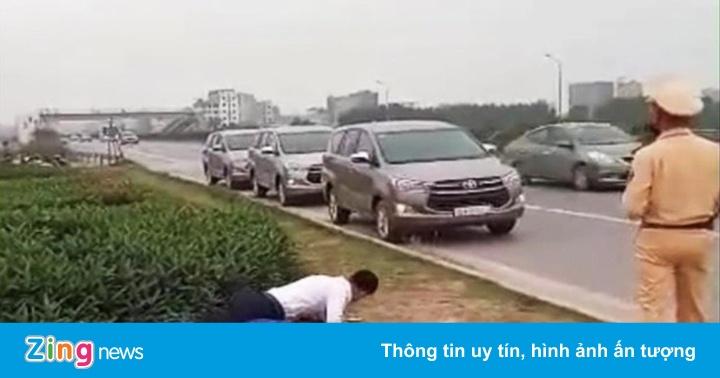 Hạ thi đua, phê bình chiến sĩ CSGT để người lái ôtô chống đẩy