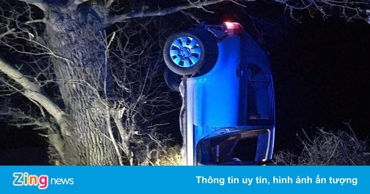 Tai nạn hy hữu, xe 4 chỗ treo ngược cành cây