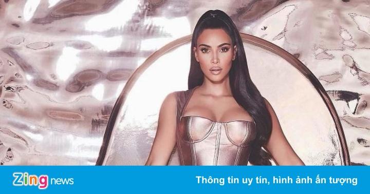Kim Kardashian bị chê khi mặc đồ cắt xẻ táo bạo