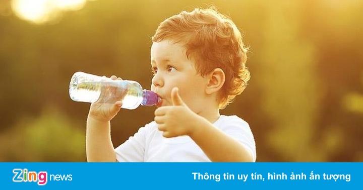 Cho trẻ uống bao nhiêu nước mỗi ngày là đủ?