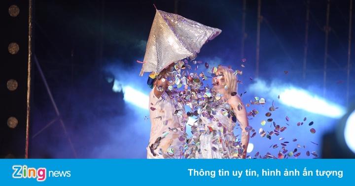 Tiết mục ảo thuật đổi váy màu nhiệm của cặp đôi nghệ sĩ Slovakia