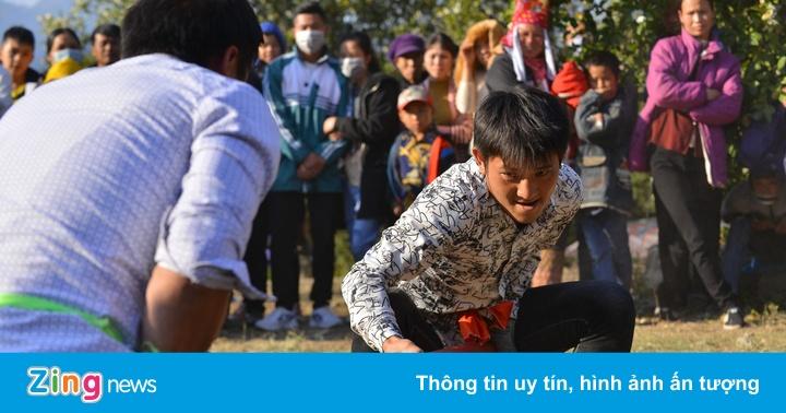 Người Bình Liêu và du khách tham gia trò chơi dân gian tại hội hoa sở