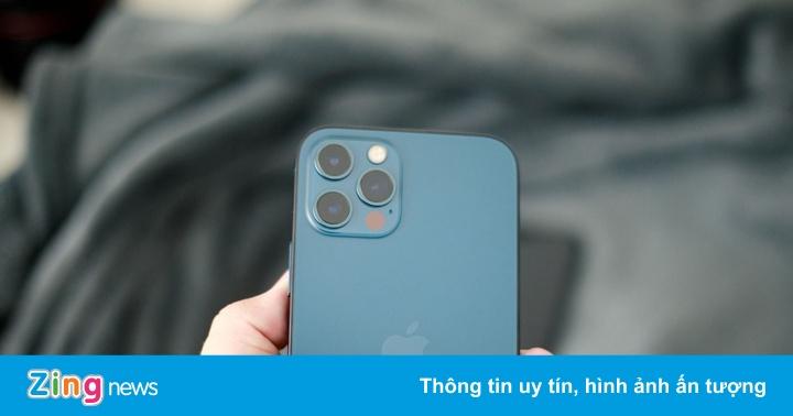 Mua iPhone 12, nên đợi chính hãng hay hàng xách tay?
