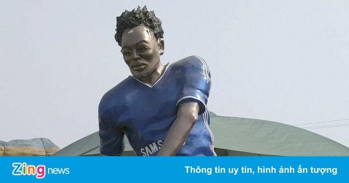 Tượng Essien thảm họa hơn phiên bản lỗi của Ronaldo