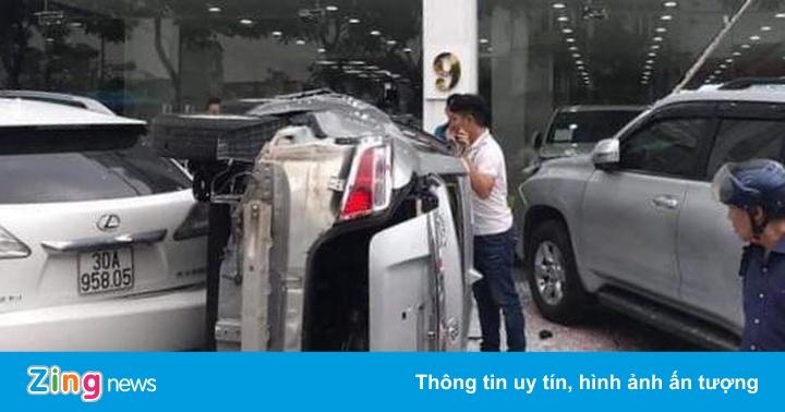 Nhân viên showroom lái ôtô lao từ tầng 2 xuống đất