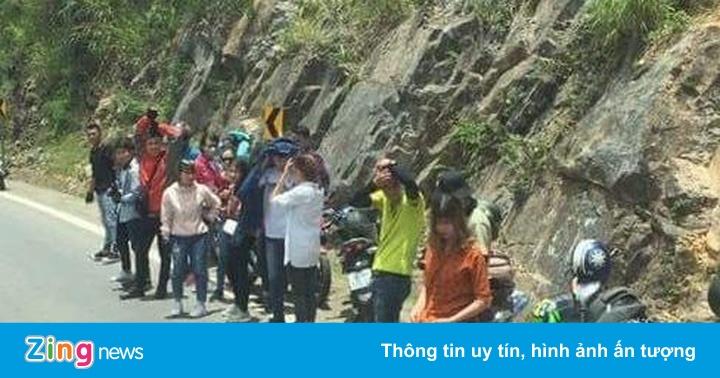 Nhóm phượt thủ biến lòng đường thành nơi chụp ảnh
