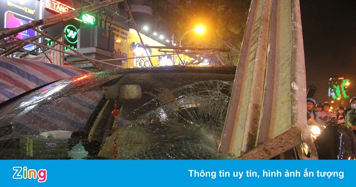 Giàn giáo công trình đổ trúng xe Audi ở trung tâm Sài Gòn