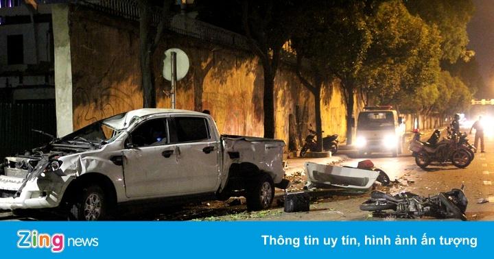 Hiện trường ôtô bán tải tông hàng loạt xe máy dừng đèn đỏ ở Sài Gòn